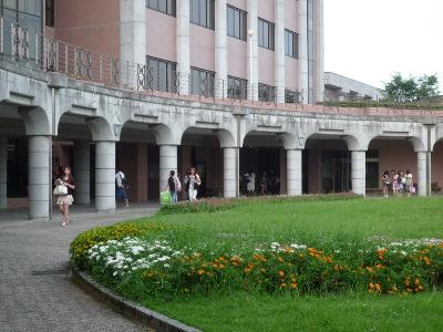 試験が終わり、夏休みへと向かう学生たち。