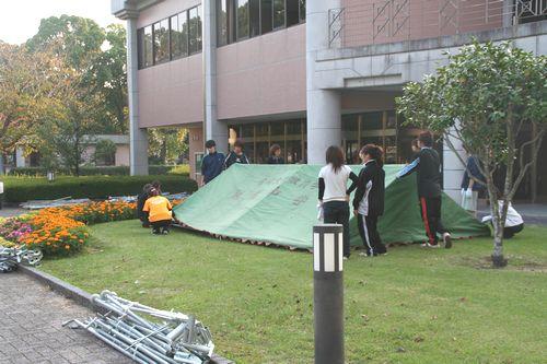 テントを設営中です。