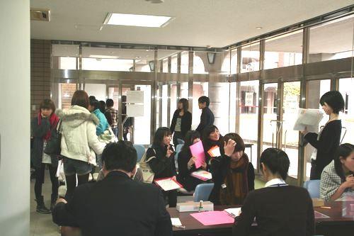 神妙な面持ちでチェックを待つ学生も居れば、ここまで到達した安堵感からか頬が緩む学生も。