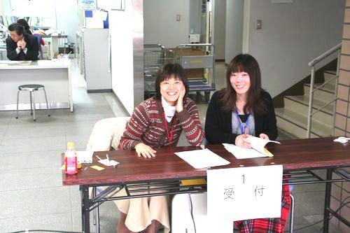 まずはこちらで受付をします。事務局ヒノさんとナカハラさんが労いの笑顔で出迎えます。