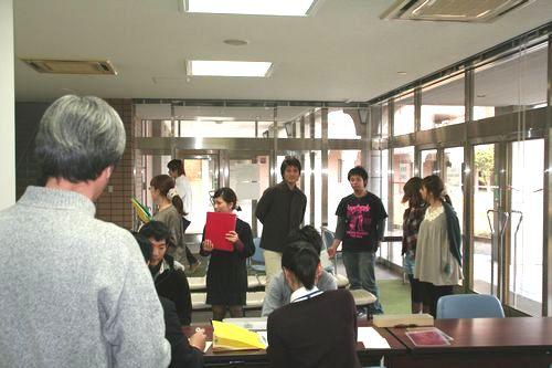 社会心理学ゼミの面々を、川瀬先生も心配そうに見守っています。