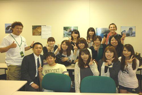 とある日の授業後、先生も交えて記念写真を撮りました