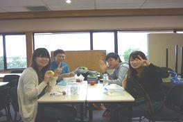 色とりどりの食材が並んだお弁当を美味しそうに頬張る学生達