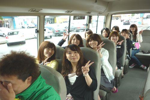 市内観光へ向かうバス車中。午前中とはうって変わって?学生達も生き生きとしています