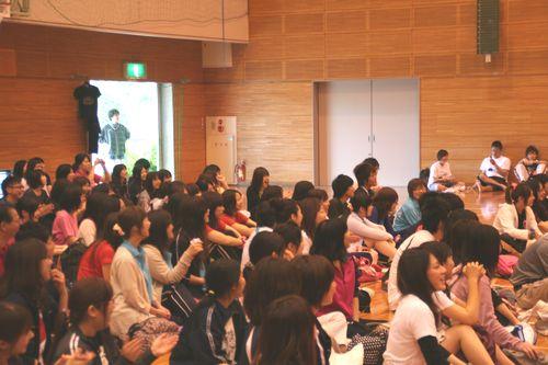 観客の学生も、歓声を上げていました。