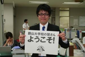 国際交流担当兼ハナキンブログメンバーの田辺主事です
