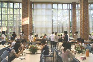様々な日本食を堪能する学生達。