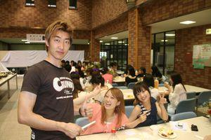 各テーブルの様子⑩(蔚山大学校からの金くんはこのような場でいつも大活躍!)