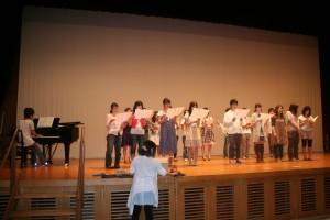 出場者全員で愛唱歌『椿歌』を練習中