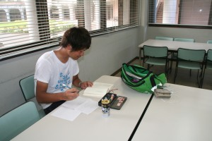 勉強中のホリタくんです!