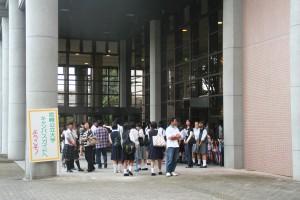 午前中のメイン会場となる講堂前はたくさんの人です!