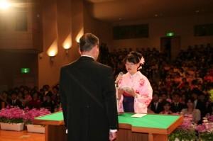 代表・坂口杏奈さんによる涙をこらえながらも、堂々とした答辞