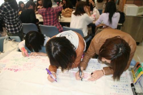 私が取材している間にも、学生達がメッセージを書いていました。