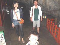 ひんやり涼しい鵜戸神宮の洞窟内。