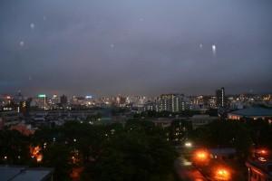 同じく7Fからの街の景色。空で反射してるのは雨粒です。