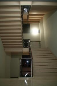 階段の向こうの窓には夜の気配。